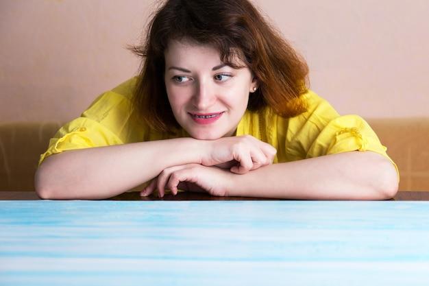 笑顔の女性が青い表面を見渡す