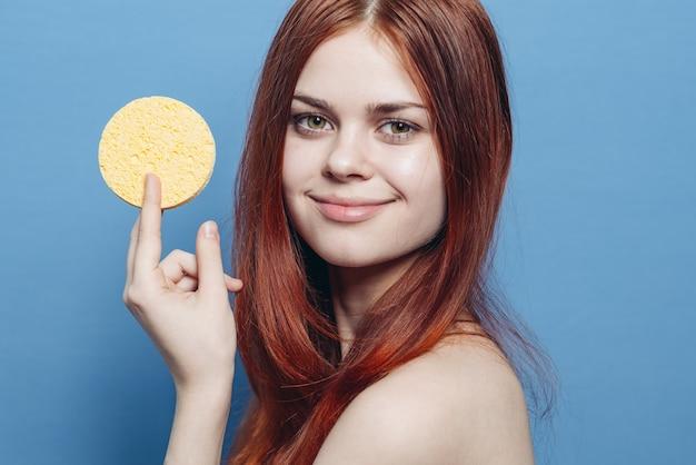 皮膚洗浄用スポンジを持つ女性