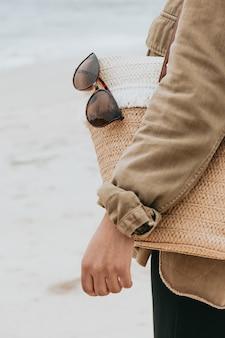 サンバッグとサングラス、コピースペース、休暇、休日のコンセプトを持つ女性