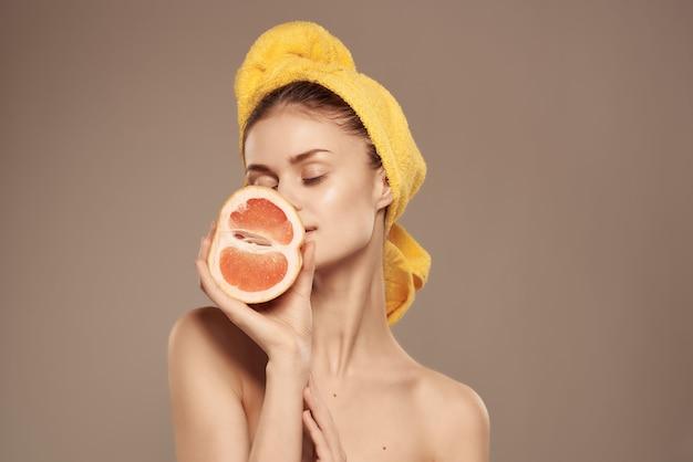 샤워 비타민 포즈 근접 촬영 후 그녀의 머리에 수건을 가진 여자