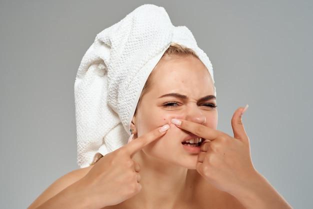 Женщина с полотенцем на голове проблемы кожи лица дерматология