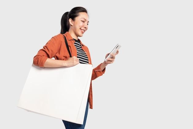 디자인 공간 흰색 쇼핑백을 가진 여자