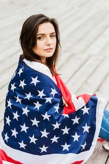 Женщина с американским флагом