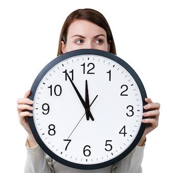 Женщина с офисными часами, изолированные на белом фоне