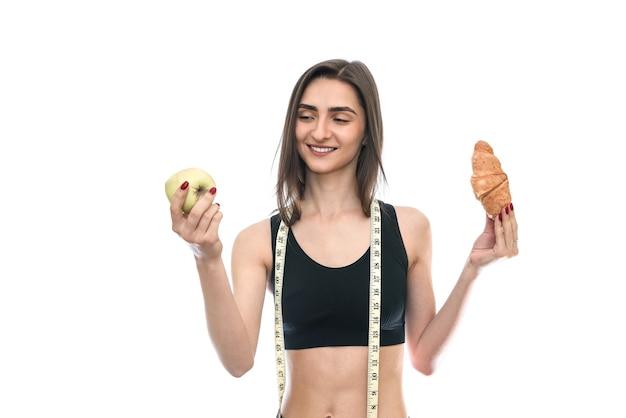 Женщина с яблоком и круассаном, изолированные на белом фоне