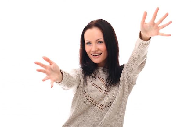 抱擁をするために腕を上げる女性