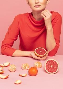 Женщина с ассортиментом фруктов