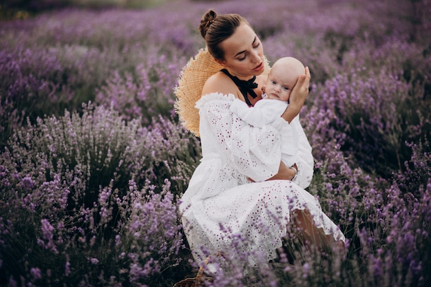 ラベンダー畑で赤ちゃんの息子を持つ女性