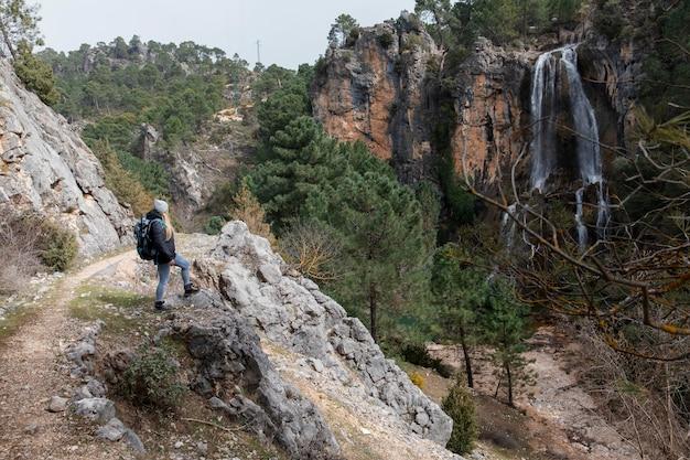 Donna con zaino ad esplorare la natura