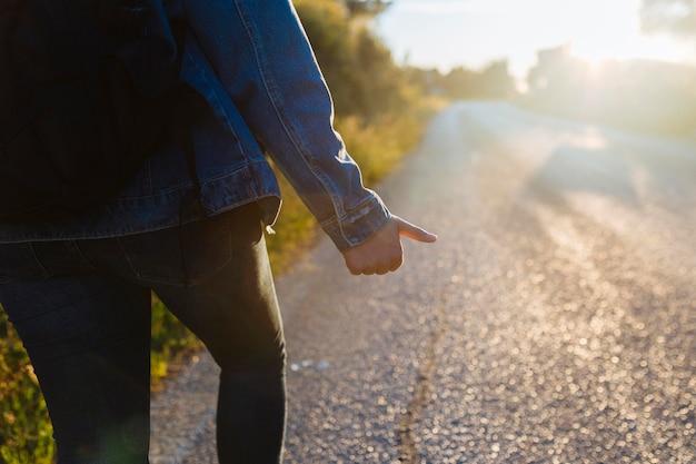 Donna con zaino autostop