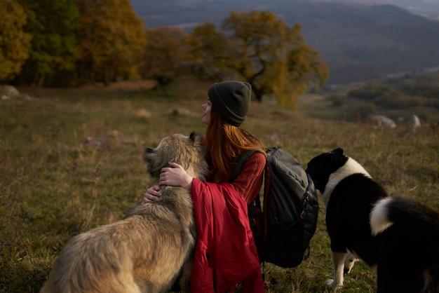 개 산책 우정 옆 자연 속에서 배낭을 가진 여자