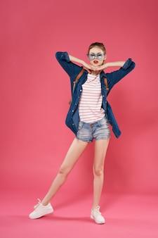 バックパックのモダンなスタイルのファッションの学生を持つ女性