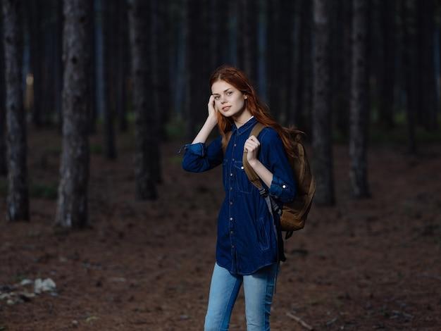 バックパック自然冒険自由レジャーを持つ女性