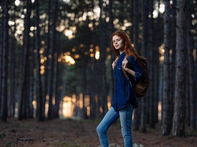 バックパック自然冒険自由レジャーの女性