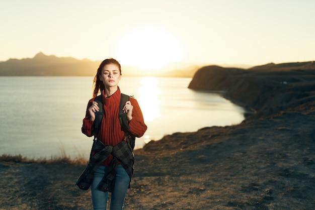アウトドア アクティブ レジャー アドベンチャー旅行のバックパックを持つ女性