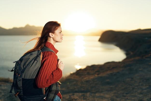バックパック屋外でアクティブなレジャー冒険旅行を持つ女性