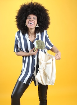 布と野菜の袋を持つ女性