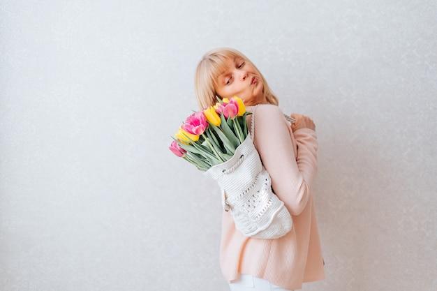 튤립 꽃의 부 대를 가진 여자