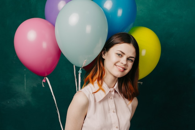 ドレス、スタジオで彼女の手に風船を持つ女性
