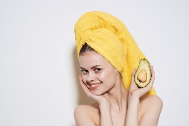 벌거 벗은 어깨를 가진 여자 아보카도 비타민 건강 과일