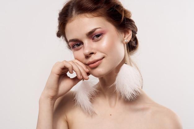 Женщина с обнаженными плечами ювелирные изделия яркий макияж крупным планом