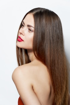裸の肩を持つ女性裸の背中の魅力的な外観クロップドビュー