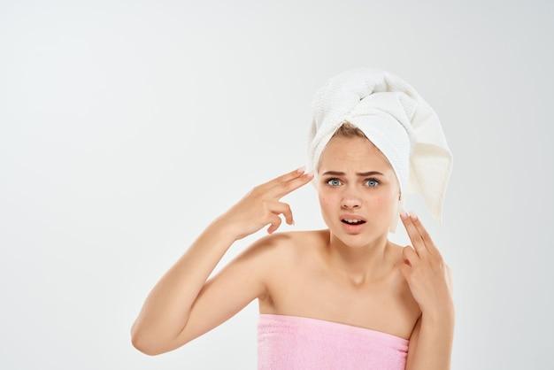 顔の皮膚科の不満の感情に裸の肩のにきびを持つ女性