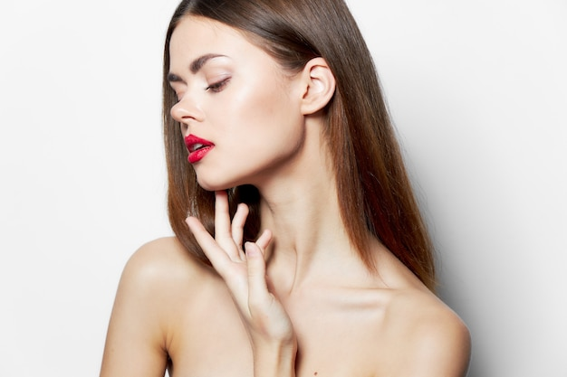 맨 손으로 어깨를 가진 여자 섹시한 외모 매력적인 모습 클로즈업