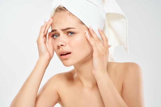 裸の肩を持つ女性スキンケア皮膚科の健康をクローズアップ