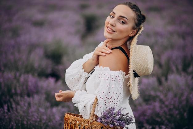 Женщина с корзиной лаванды