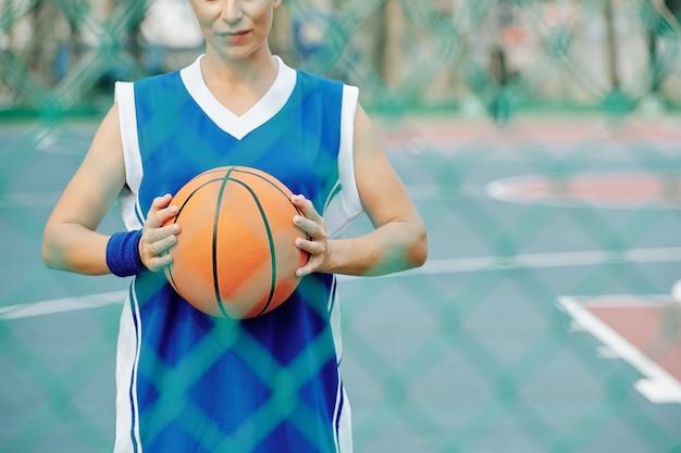 Женщина с баскетбольным мячом