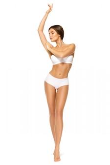 白い背景の上の美しい体を持つ女性