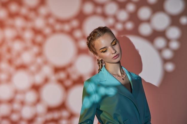 彼女の耳に美しいイヤリングを持つ女性