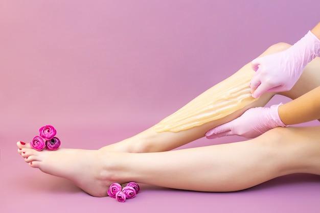 Женщина с красивыми ногами после депиляции