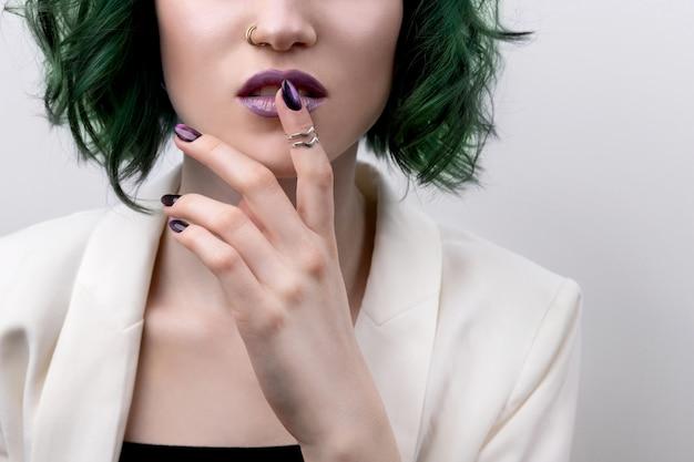 아름 다운 매니큐어와 입술을 가진 여자 메이크업