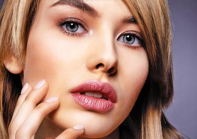 아름다움 얼굴과 깨끗한 피부를 가진 여자. 섹시한 금발의 여자. 파란 눈을 가진 매력적인 금발 모델. 스모키 메이크업 패션 모델. 예쁜 여자의 근접 촬영 초상화입니다. 창의적인 짧은 헤어 스타일.