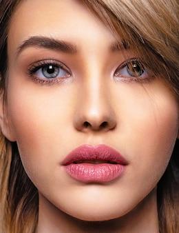 美顔ときれいな肌の女性。