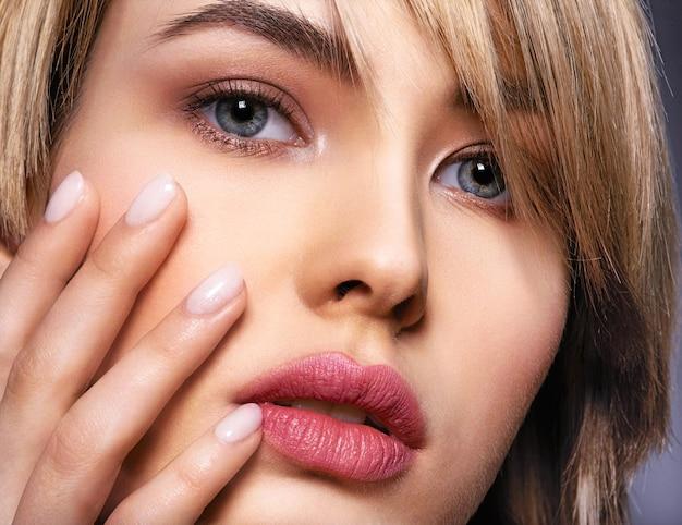 Женщина с лицом красоты и чистой кожей.