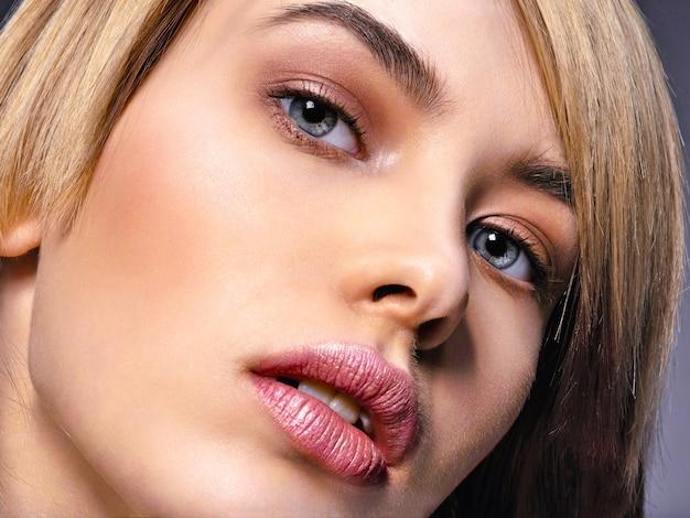 아름다움 얼굴과 깨끗한 피부를 가진 여자.