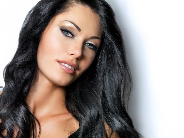 Женщина с длинными каштановыми волосами красоты -