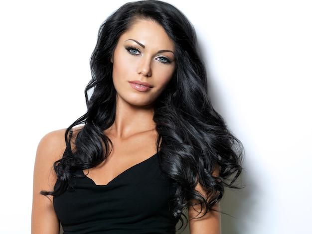 아름다움 긴 갈색 머리를 가진 여자
