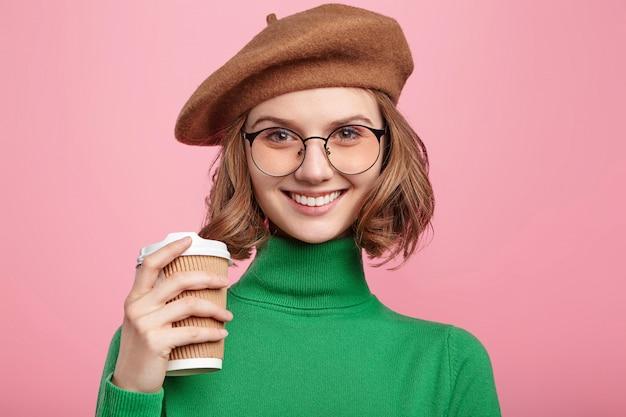 ベレー帽とタートルネックのセーターの女性