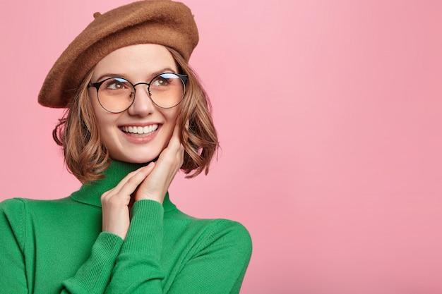 Donna con berretto e maglione a collo alto