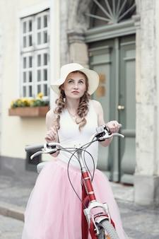 自転車を持つ女性