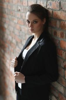 Donna con giacca nera