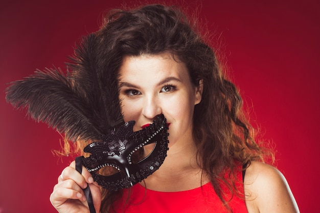 Donna con maschera nera per il carnevale