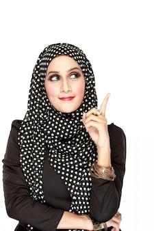 Женщина с черным шарфом, глядя вверх, чтобы скопировать пространство