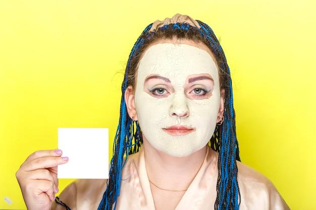 녹색 점토의 냉동 마스크에 파란색 머리 띠 얼굴을 가진 여자