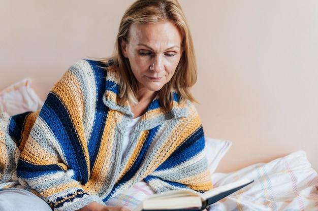 Donna con libro in quarantena