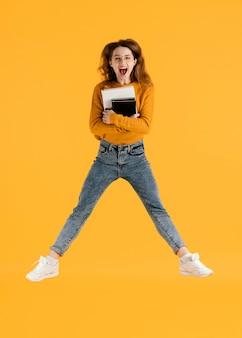 Женщина с книгами прыгает